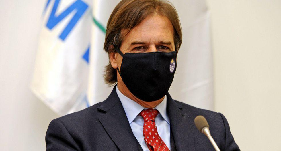 El presidente de Uruguay, Luis Lacalle Pou, usa una máscara facial durante una reunión de gabinete en Montevideo. (Foto: Presidencia de Uruguay / AFP)