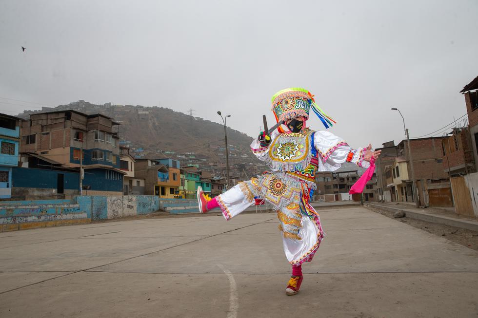Ayacuchana es una hábil danzante de tijeras, además, elabora mascarillas con frases en quechua