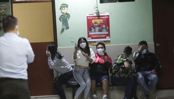 Los intervenidos fueron trasladados a la comisaría de La Huayrona por incumplir medidas obligatorias para prevenir contagios de COVID-19. (Foto: César Grados / @photo.gec)