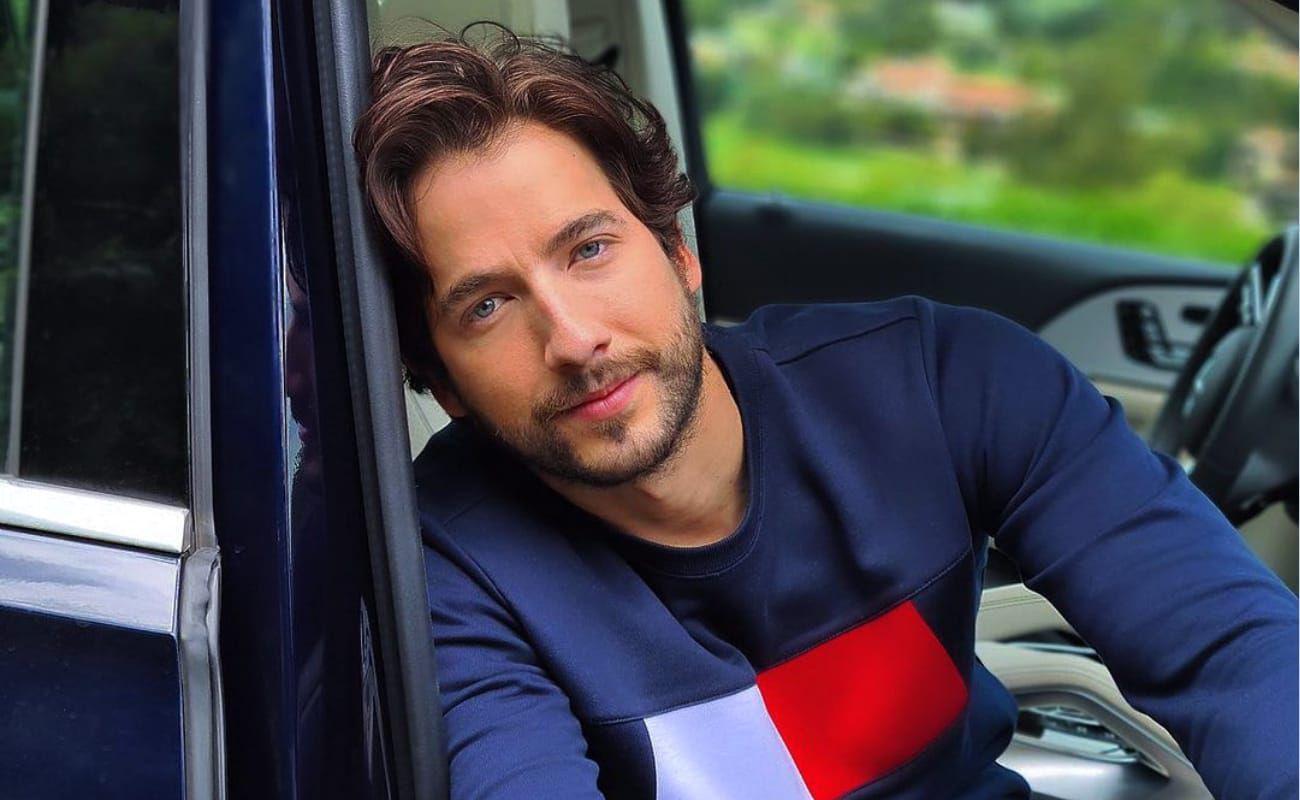 El actor Carlos Torres posa para las cámaras en un auto (Foto: Carlos Torres/Instagram)