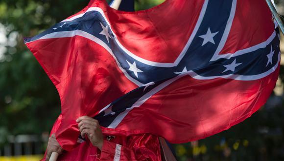 ¿Qué es la bandera confederada y por qué la están prohibiendo en Estados Unidos? (AFP / ANDREW CABALLERO-REYNOLDS)