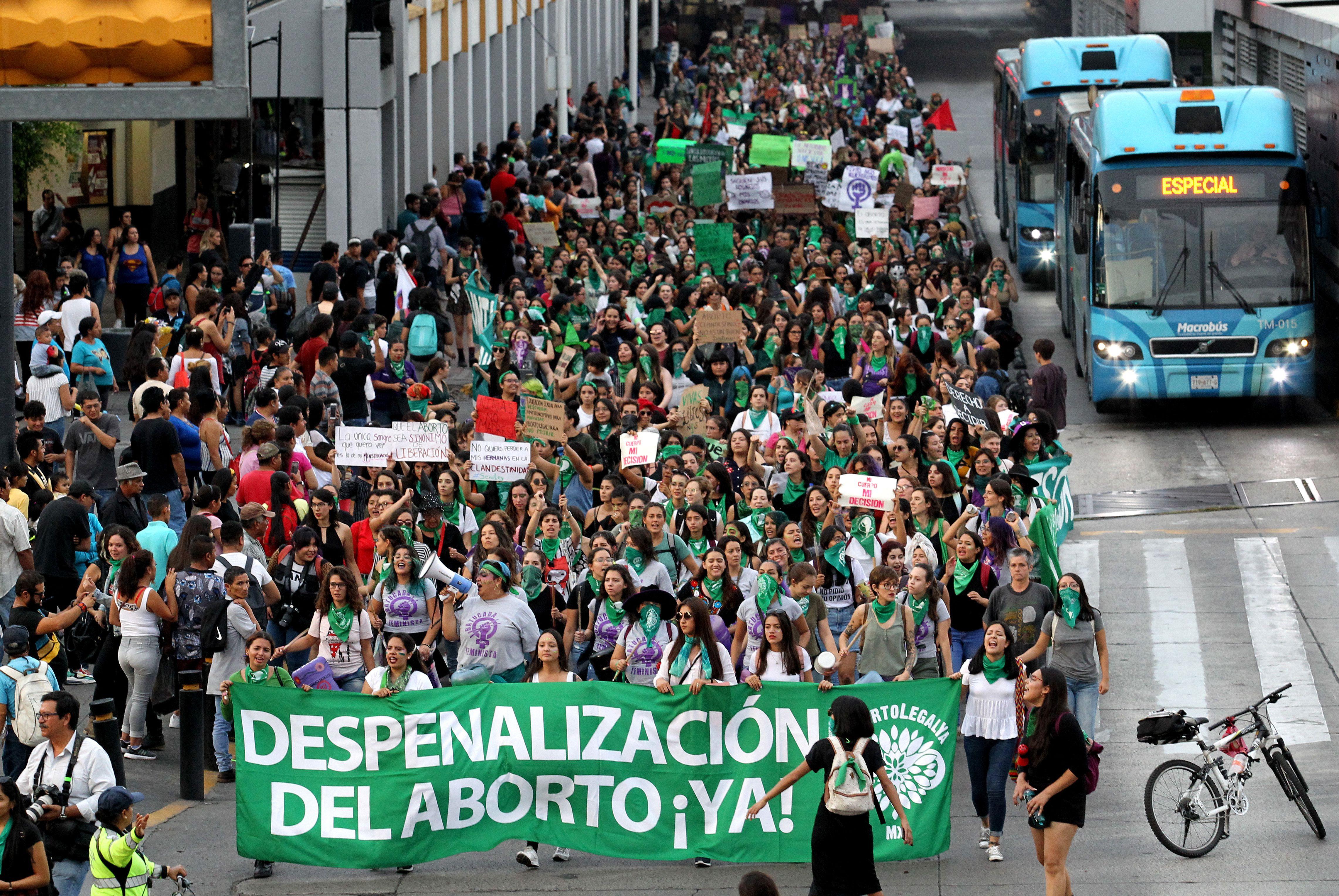 Activistas que apoyan la despenalización del aborto en México marchan en Guadalajara, México, el 28 de septiembre de 2019, durante las actividades en el marco del Día Internacional del Aborto Seguro. (Foto: Ulises Ruiz / AFP)