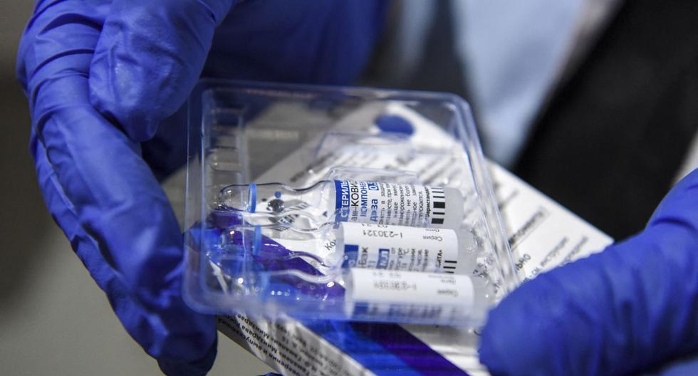 Una enfermera saca viales de la vacuna Sputnik V contra el coronavirus. (Robert ATANASOVSKI / AFP).