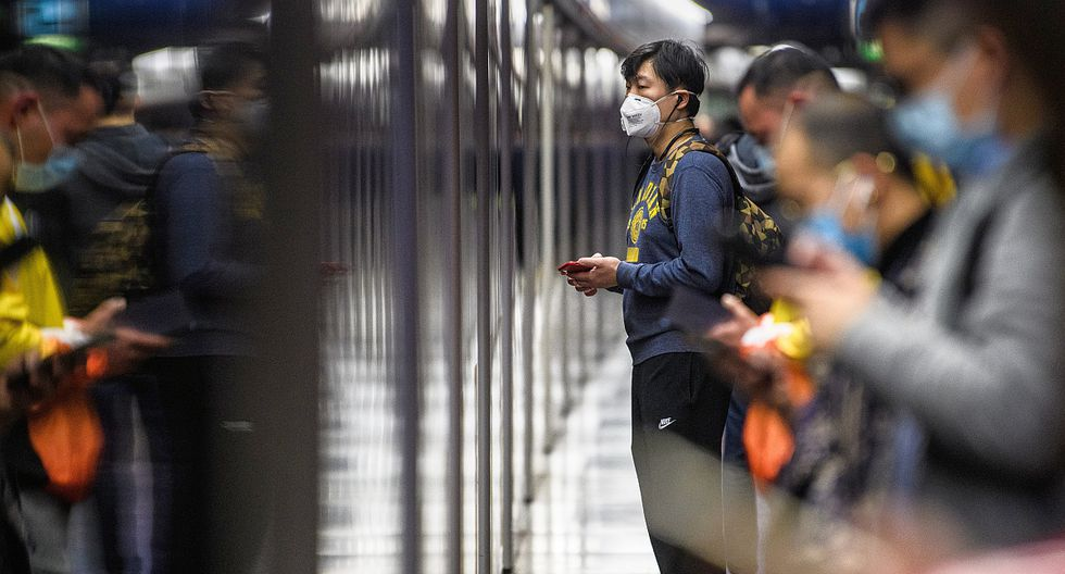 Pasajeros del metro de Hong Kong usan máscaras para protegerse del contagio del coronavirus de Wuhan. (Foto: AFP)