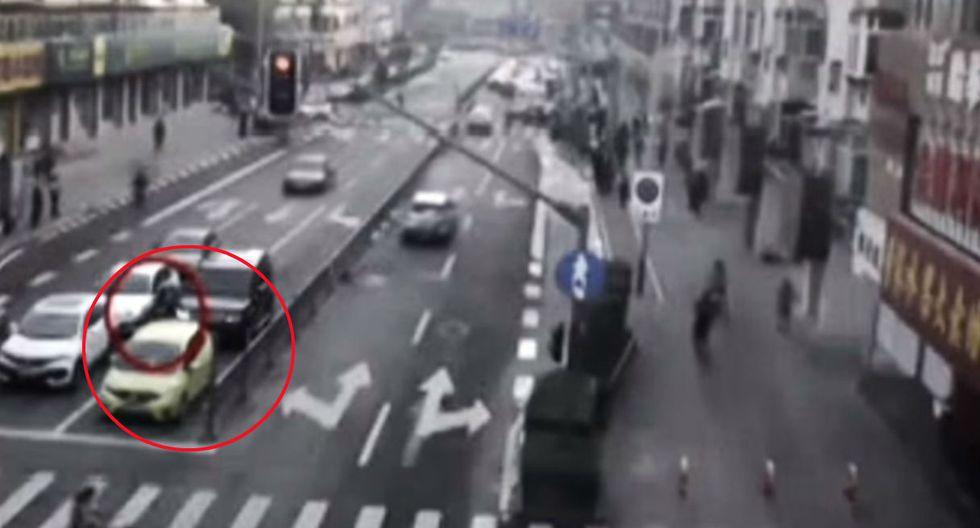Peatones cargan auto para salvar a niño de 10 años.
