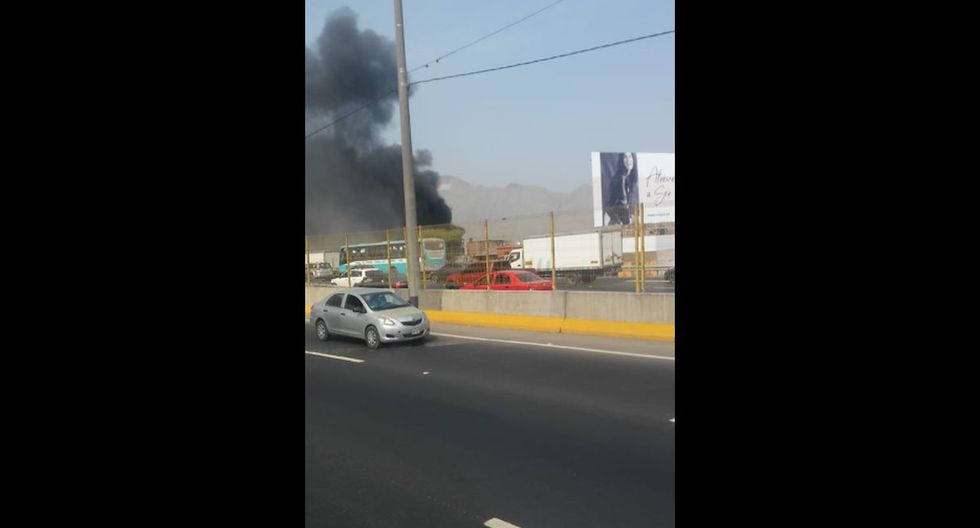 Reportan un incendio en un edificio en la avenida 1 de Mayo en El Agustino. Foto: Twitter
