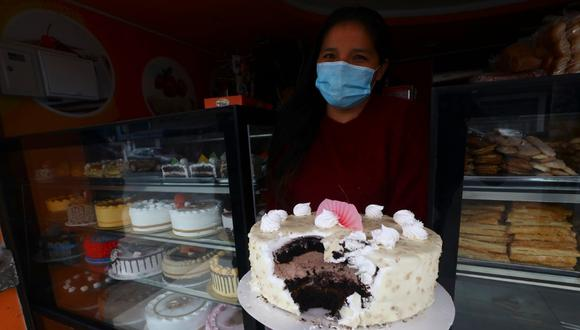 Cantante folclórica Rosy Morillo, quien es administradora del negocio, muestra torta que se comieron los delincuentes. | Foto: Gonzalo Córdova