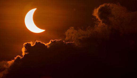 Un eclipse solar es el fenómeno que se produce cuando la Luna oculta al Sol, desde la vista de la Tierra. Esto solo puede pasar durante la luna nueva (Sol y Luna en conjunción). (Foto: AFP)