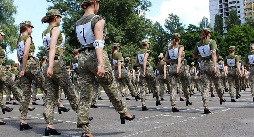 Una fotografía publicada por el servicio de prensa del Ministerio de Defensa de Ucrania el 2 de julio de 2021 muestra a las soldados ucranianas con tacones mientras participaban en el ensayo del desfile militar en Kiev. (AFP).