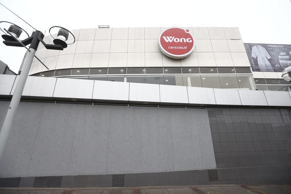 La cadena de supermercados Wong colocó barreras de protección adicionales en las ventanas de sus establecimientos comerciales ubicados en la avenida Dos de Mayo y en el Óvalo Gutiérrez, ambos en el distrito de San Isidro. (Fotos: Jesus Saucedo/ @photo.gec)