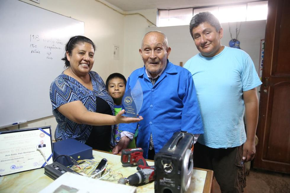 Alejo  Ruiz Rubio, a sus 89 años,  acaba de graduarse de electrotécnico industrial.
