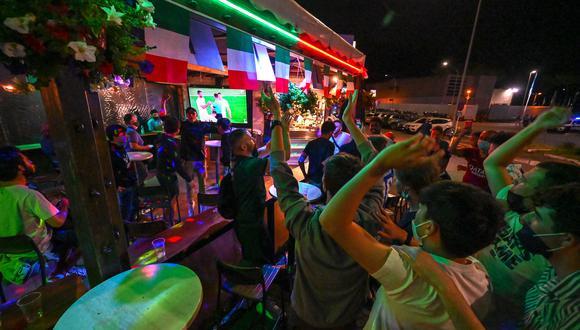 Personas se concentran en un bar de Italia por el Campeonato Europeo de Fútbol. (Foto: Alberto PIZZOLI / AFP)