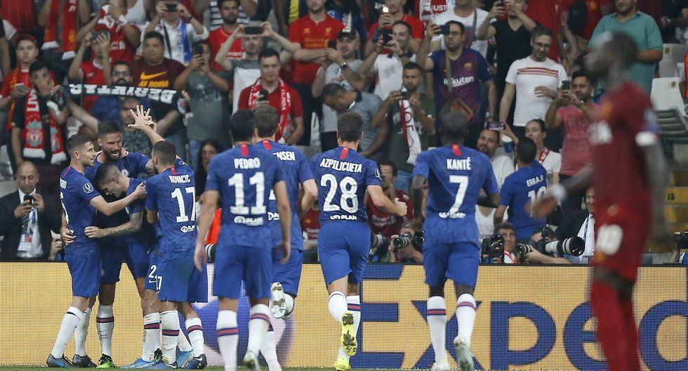 Olivier Giroud anota el primero para Chelsea ante Liverpool