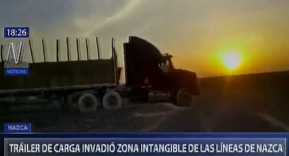 Conductor de camión dice que ingresó a la Pampa de Nasca para cambiar una llanta.