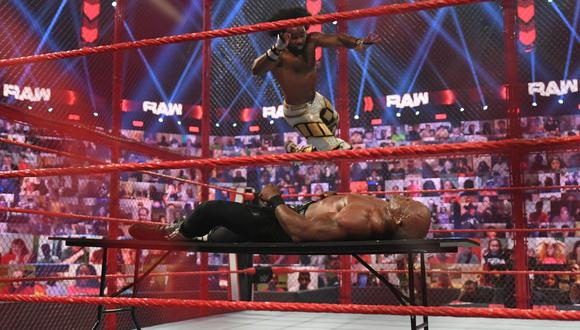Xavier Woods se lució con tremendo movimiento sobre Bobby Lashley. (WWE)