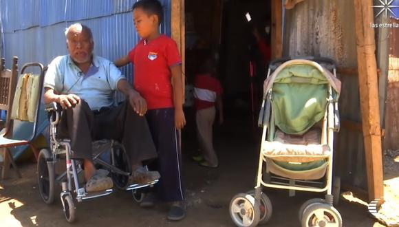 Niños llevan a bisabuelo en un cochecito de bebé para vacunarse contra la COVID-19. (Foto: YouTube | Noticieros Televisa)