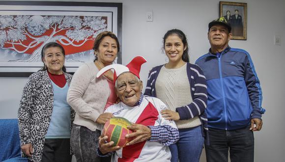 Abuelito hincha alienta  a la selección y pide que Perú ganará el Mundial