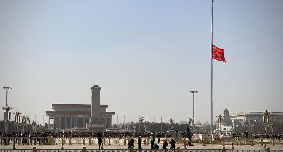 La bandera nacional china se encuentra a media asta en la Plaza de Tiananmen durante un memorial nacional de tres minutos para conmemorar a las personas que murieron en el brote de coronavirus COVID-19, en Beijing. (Foto: AFP/Leo Ramírez)