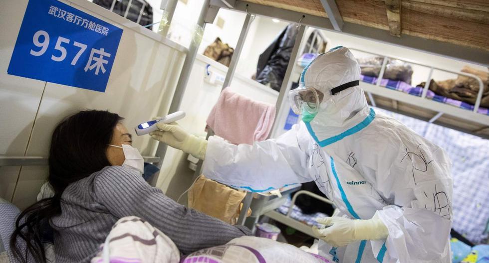 Un doctor revisa a una paciente en un hospital de China. (AFP/Referencial)