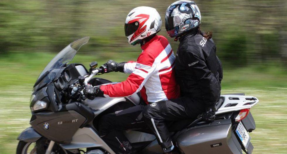 5 recomendaciones para viajar seguro con un pasajero en la moto