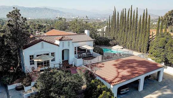 """Fotografía divulgada por la correduría de bienes raíces Redfin que muestra una vista exterior de la casa dónde la llamada """"Familia Manson"""" culminó en 1969 su serie de asesinatos, en Los Ángeles. (Foto: EFE)"""