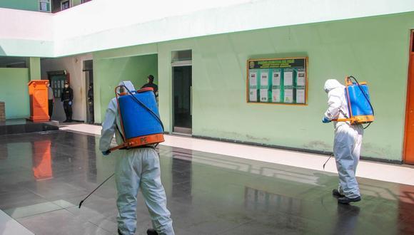 Personal de la Municipalidad Provincial de Santa Personal, debidamente protegido, desinfectó a todos los ambientes de la Divipol Chimbote, oficinas administrativas, patios de formación.