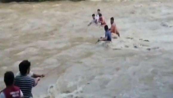 Familia quedó atrapada en río. (Foto: captura de pantalla)