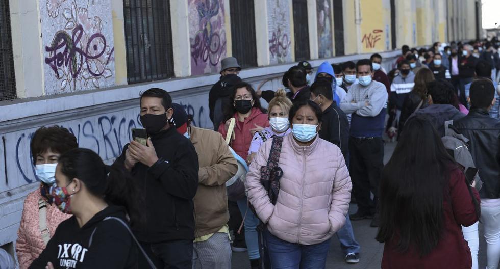 Residentes peruanos en Santiago de Chjile hacen cola para emitir sus votos para la segunda vuelta de las elecciones presidenciales. (Foto de Martin BERNETTI / AFP).