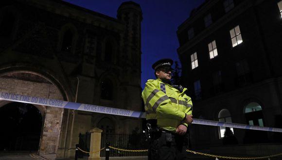Los oficiales de policía aseguraron un cordón policial cerca del parque Forbury Gardens en Reading, al oeste de Londres. (Adrian DENNIS / AFP)
