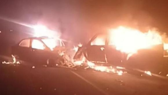Los dos vehículos ardieron en llamas tras el fuerte impacto frontal. (Foto: PNP)
