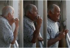 Hombre con alzheimer toca la armónica en el balcón al creer que los aplausos a los médicos son para él