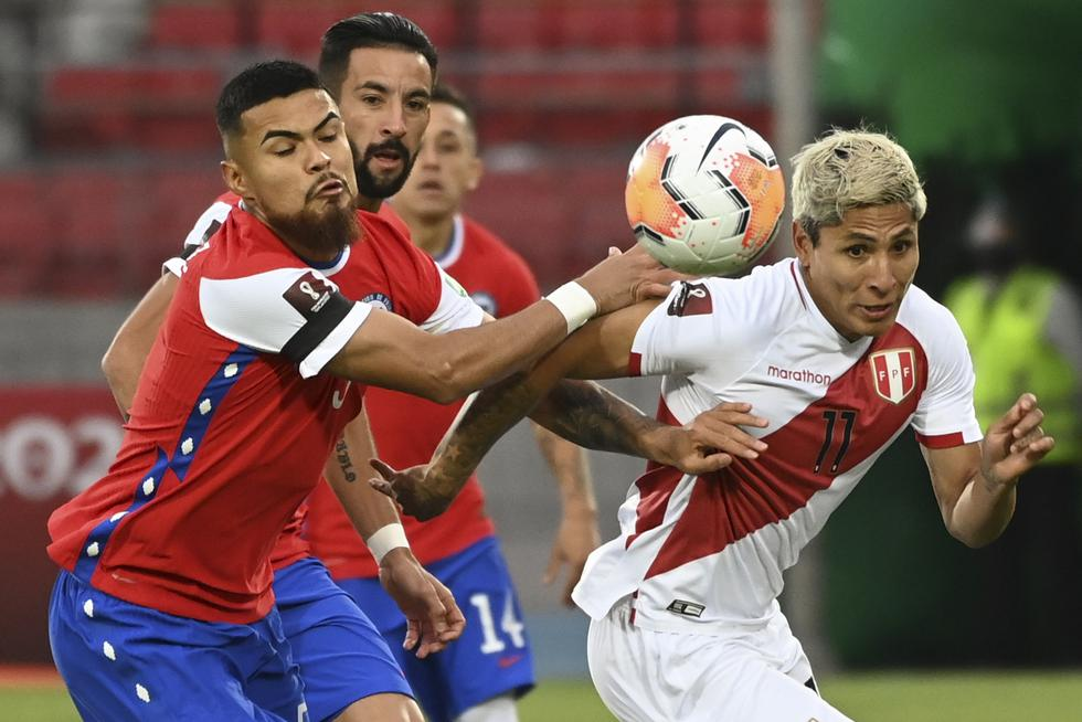 Chile's Paulo Diaz (L) and Peru's Raul Ruidiaz vie for the ball during their closed-door 2022 FIFA World Cup South American qualifier football match at the National Stadium in Santiago, on November 13, 2020. (Photo by Martin BERNETTI / POOL / AFP)