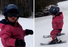 Pequeña de dos años deja boquiabiertos a miles con su habilidad para esquiar