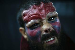 Viral: hombre se opera rostro para parecerse a villano 'Cráneo Rojo'