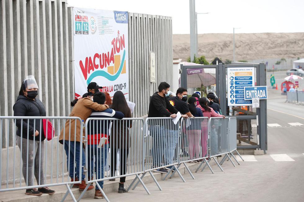 A pocas horas de terminar la octava vacunatón, decenas de personas continúan llegando a los diversos vacunatorios distribuidos en Lima y Callao para recibir su primera dosis contra el coronavirus (COVID-19). En esta jornada se vacunan a mayores de 27 años. (Foto: Fernando Sangama/@photo.gec)