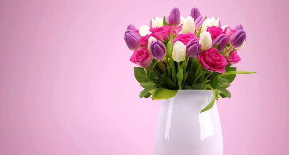 Antes de poner tus flores en un florero con agua, quítalas del papel y corta los tallos un par de dedos. (Foto: Pixabay)