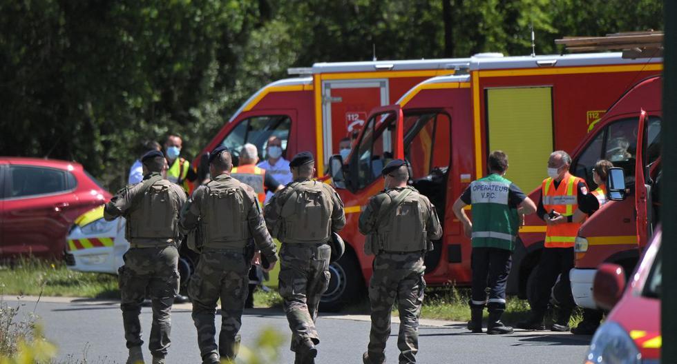 Soldados franceses pasan junto a los vehículos de los bomberos después de que una mujer policía municipal fuera atacada con un cuchillo el 28 de mayo de 2021, en La Chapelle-sur-Erdre, cerca de Nantes, en el oeste de Francia. (LOIC VENANCE / AFP).