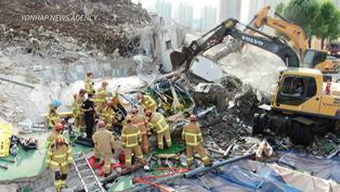 Edificio de cinco pisos se desploma sobre un autobús en Corea del Sur