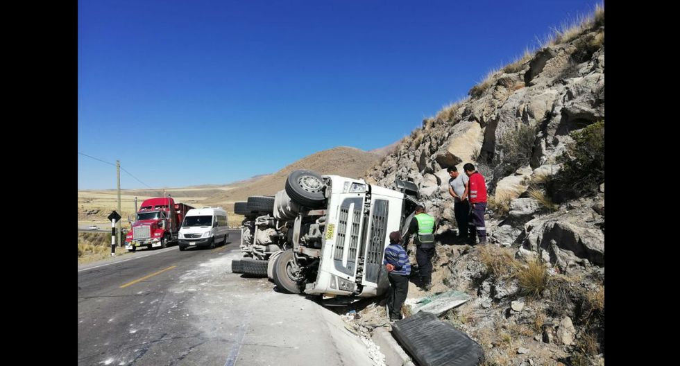 Chofer quedó atrapado dentro de cabina del pesado vehículo. (Fotos; Trome)