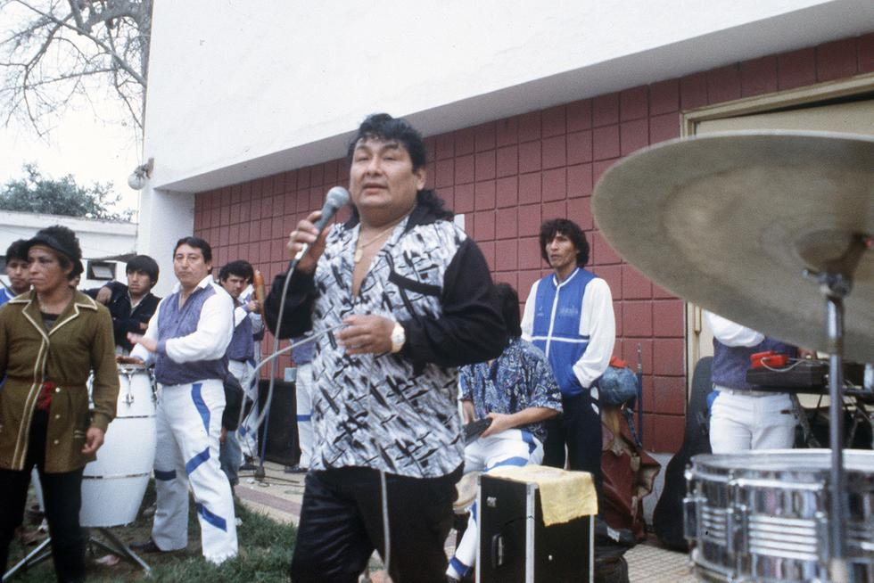 Lorenzo Palacios Quispe, nació en Lima el 26 de abril de 1950. Fue hijo del danzante de tijeras Lorenzo Palacios Huaypacusi y Olimpia Quispe. Vivió su niñez primero en el cerro San Pedro y luego en el cerro San Cosme, se dedicó a cantar en calles, mercados y en el transporte público para ganar algo de dinero y ayudar a su familia. (Foto: GEC Archivo Histórico)