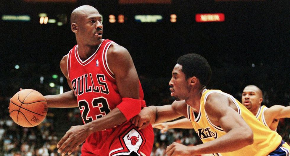Michael Jordan of the Chicago Bulls (L) eyes the basket as he is guarded by Kobe Bryant of the Los Angeles Lakers during their 01 February game in Los Angeles, CA. Jordan will appear in his 12th NBA All-Star game 08 February while Bryant will make his first All-Star appearance. The Lakers won the game 112-87.  AFP PHOTO/Vince BUCCI (Photo by VINCE BUCCI / AFP)