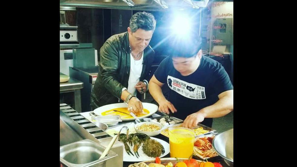 Alejandro Sanz y Rubén Blades prepararon tiradito con chefs peruanos. (Carlo Fernández)