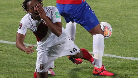El árbitro solo le sacó tarjeta amarilla a Jean Beaosejour por faul a Carrillo. (Agencias)