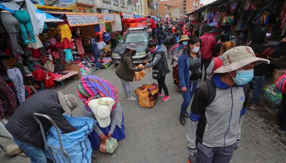 Ciudadanos hacen compras en un mercado de El Alto, Bolivia. (EFE/Martín Alipaz).