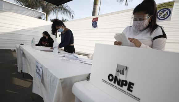 Así se vive la jornada electoral en los distintos puntos de votación de Lima donde adultos mayores y miembros de mesa son los protagonistas de las primeras horas de las Elecciones 2021