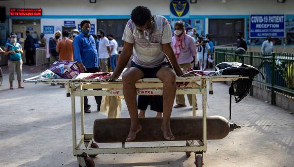 En el hospital Guru Teg Bahadur (GTB), en el noreste de Nueva Delhi en India, varias familias esperan que se libere alguna cama, ocupadas en el interior hasta por tres personas. (Foto: Reuters)