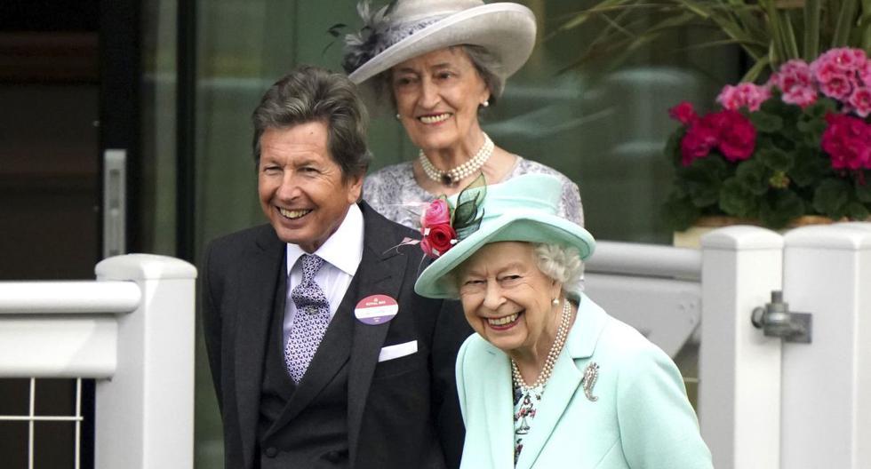 La reina Isabel II de Gran Bretaña, a la derecha, junto al director de carreras John Warren, durante el quinto día de la carrera de caballos Royal Ascot, en el hipódromo de Ascot, Inglaterra, el sábado 19 de junio de 2021. (Andrew Matthews/AP).