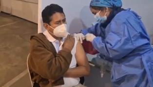 Vladimir Cerrón recibió la primera dosis de la vacuna contra el COVID-19