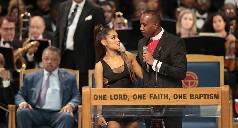 Ariana Grande asiste al funeral de Aretha Franklin y pastor le 'mete la mano' en plena ceremonia. Foto: AFP