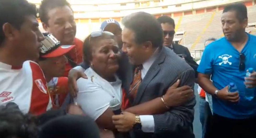 Doña Peta llora en marcha a Paolo Guerrero